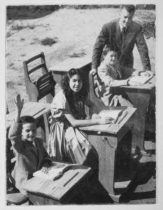 Hans Caldaras, Monica Caldaras, Kennet Caldaras och magister Pålsson. Bilden är tagen i Bulltofta, Malmö, 1954-1955. Fotograf okänd.