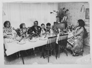 Liza Kaldaras, Rut Kaldaras, Erland Kaldaras, okänd person, Bernhard Caldaras och Monica Caldaras. Bilden är tagen i Malmö i familjens första lägenhet. Året är troligtvis 1959. Fotograf okänd.