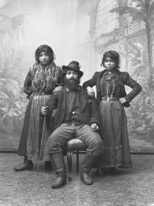Carolo och hans döttrar, namn okänt. Bilden är tagen omkring 1910. Fotograf är Agnes Andersson, Alfta. Plåtarna ägs och förvaltas av Alfta Sockens Hembygdsförening.