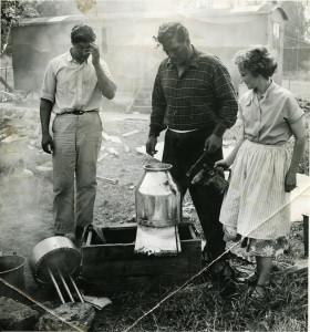 Från vänster: Hilding Daikon, Wilhelm Daikon och Anna-Greta Lovén. De träffades i slutet av 1930-talet i Ystad. Familjen reste runt med sitt tivoli, främst i Skåne och Småland, innan de flyttade till Söderhamn i mitten på 1950-talet där Wilhelm fick arbete på LM Ericsson. Fotograf och plats okänd.