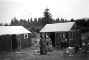 """Två oidentifierade kvinnor som tillfälligt bodde vid den gamla festplatsen """"Lars-Isaksbacken"""". Bilden är tagen i Enånger, Änga, 1939. Fotograf Tekla Svensson. Ägs och förvaltas av Enångers Hembygdsförening."""